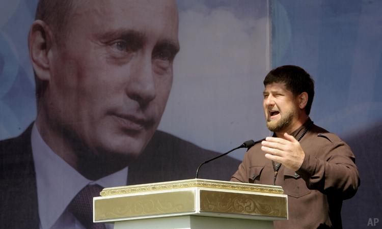 Глава Чечни Рамзан Кадыров выступает на митинге по случаю Дня России в Грозном, Россия, 2013. (AP Photo)