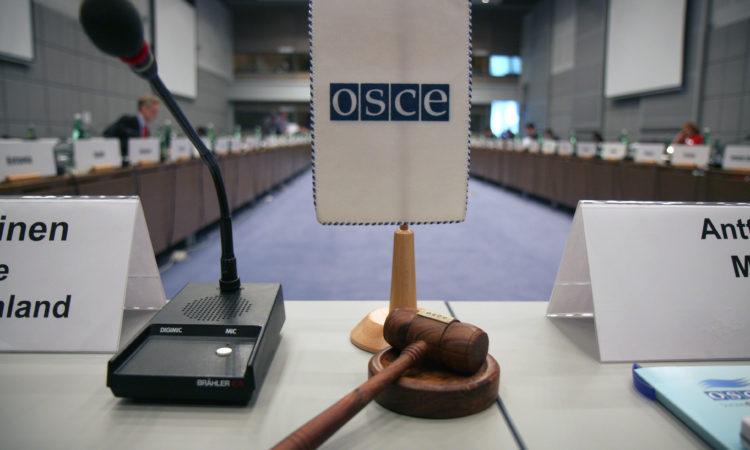 Флаг ОБСЕ и молоток перед началом заседания в Хофбурге в Вене. (OSCE/Mikhail Evstafiev)