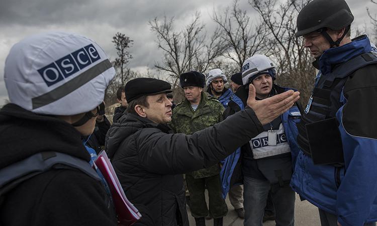 OSCE monitors talking to locals in Stanytsia Luhanska, Luhansk region, March 18, 2016. (OSCE/Evgeniy Maloletka)