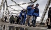 Наблюдатели Специальной мониторинговой миссии (СММ) ОБСЕ в Станице Луганской, Луганской области, 18 марта 2016 года. (OSCE/Evgeniy Maloletka)