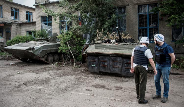 OSCE SMM monitors visiting Zaitseve, Donetsk region, 26 May 2016. (OSCE/Evgeniy Maloletka)