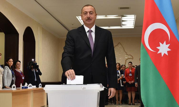 Президент Азербайджана Ильхам Алиев бросает свой бюллетень во время проведения референдума в Баку, 26 сентября 2016 года. (AP Photo/Vugar Amrullayev)