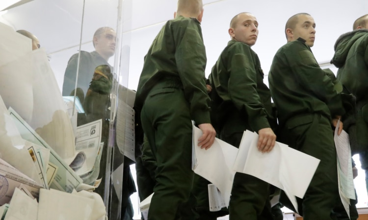 Российские солдаты выстраиваются в очередь, чтобы бросить бюллетени в Санкт-Петербурге, 18 сентября 2016 года. (AP)