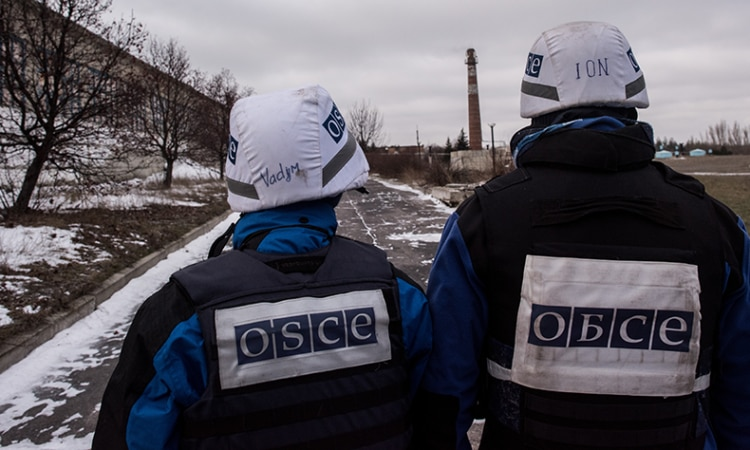 Members of the OSCE Special Monitoring Mission in Ukraine near the Donetsk water filtration station, December 2016. (OSCE/Evgeniy Maloletka)