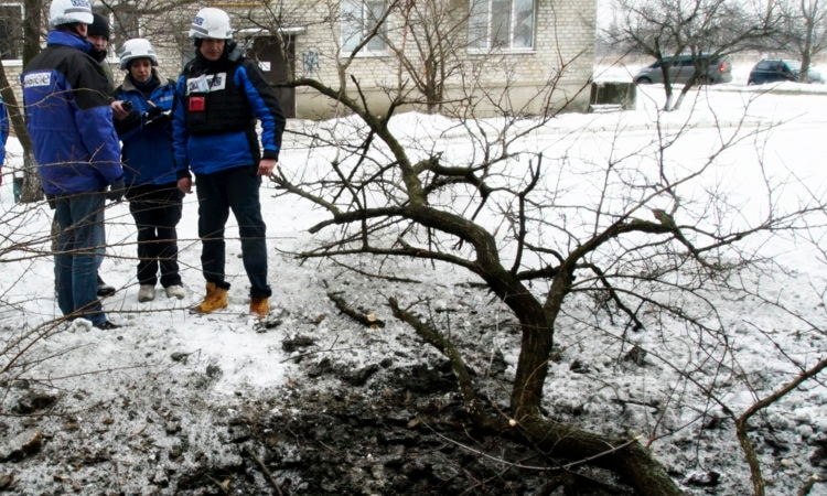 Bomb crater in Avdiivka (Photo: AP)