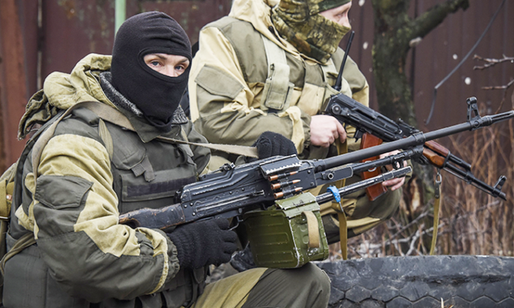 Russia-backed separatists take positions on the outskirts of Donetsk, eastern Ukraine, Thursday, April 2, 2015. (AP Photo/Mstyslav Chernov)